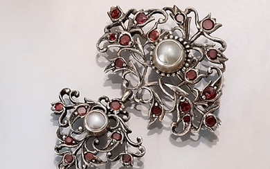 Brooch with mother of pearl and red...
