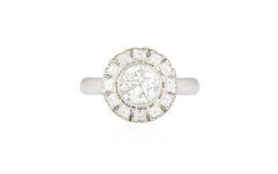 Description A DIAMOND CLUSTER RING The central old European-cut...