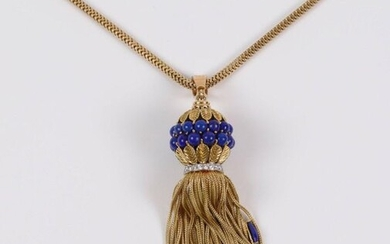 Important gold pendant (750) with braided pattern, lapis lazuli and small brilliants, L: 10 cm. Gold chain, L: 50 cm. Weight : 80.3 gr
