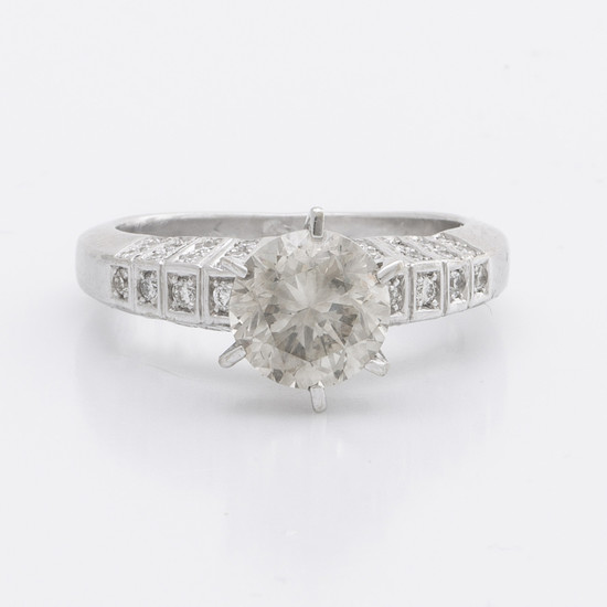 RING 14K whitegold 1 brilliant-cut diamond apprpx 1,8 ct approx L-M VS, smaller diamonds approx 0,25 ct in total