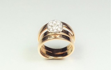 Ring formed of three smooth flat interlocking rings in two-tone 18K (750/oo) gold and set with a round pastille paved with brilliant-cut diamonds in the centre, the central one calibrating approximately 0.25 ct. TDD 54. Gross weight: 11.8 g.
