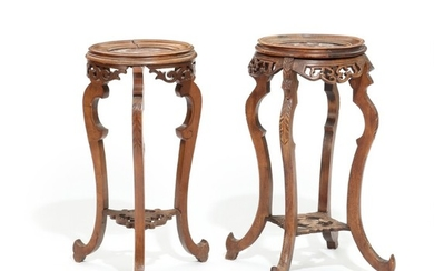 Two French stained oak and walnut circa 1900 pedestals with mable tops. H. 74–76. Diam. 35–40 cm. (2)