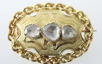 diamond brooch, around 1900, yellow gold 750, oval brooch, the middle piece set with 3 diamond roses (add. ca. 1 ct.) surrounded by a pea chain, also wearable as pendant, acid tested, total weight ca. 7,5 g, b: ca. 3,5 cm. Slight signs of wear.