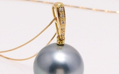 18 kt. Yellow Gold - 12x13mm Round Tahitian Pearl - Necklace with pendant - 0.04 ct