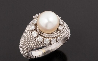 18k (750 thousandths) white gold string ring surmounted by a round white pearl with a pinkish oriental feel surrounded by two lines of seven round brilliant diamonds. It should be noted that the string effect is on the entire surface of the ring body...