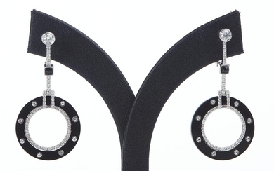 A PAIR OF ONYX AND DIAMOND DROP EARRINGS IN 18CT WHITE GOLD, TO EUROPEAN HOOK FITTINGS, LENGTH 35MM
