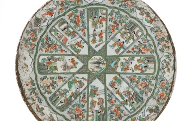 A circular Chinese porcelain plaque decorated in famille verte colours with genre scenes in fields. Qing 19. årh. Diam. 40 cm.