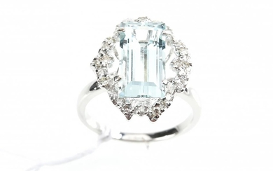AN AQUAMARINE AND DIAMOND RING IN 18CT GOLD