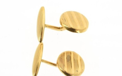 Pair of cufflinks in 18 K (750 °/°°) yellow gold, the circular table with striations decoration.