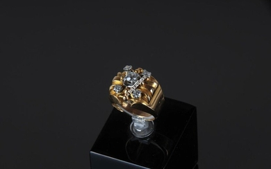 RING in 18k yellow and white gold scratched with a central diamond and five smaller ones. TD: 51 - Gross weight: 9.3 g