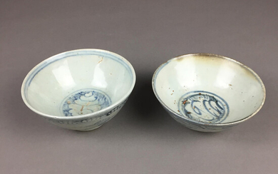 BOWLS - 2 pieces, China, Ming / Qing dynasty, porcelain.