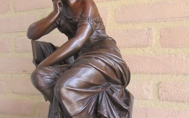 Sculpture, large and beautifully executed statue of a seated Classic female figure - Spelter - Late 19th century