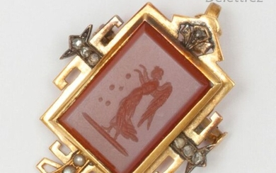 Yellow gold pendant, decorated with an intaglio on carnelian representing an angel in a circle of rose-cut diamonds and half pearls. Dimensions: 3.8 x 2.5cm. Rough weight : 6,7g.