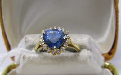18ct YELLOW GOLD SAPPHIRE & DIAMOND RING, principal fancy tr...