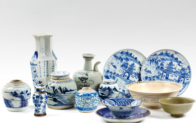 A GROUP OF 13 PIECES OF ASSORTED CHINESE PORCELAIN