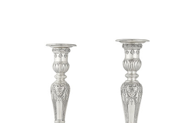 A PAIR OF AMERICAN SILVER CANDLESTICKS, MARK OF TIFFANY AND COMPANY, NEW YORK, 1907-1947