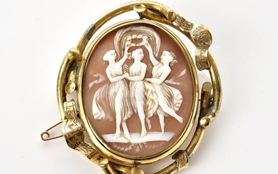 AN ANTIQUE CAMEO BROOCH FEATURING THE THREE GRACES, TO A PINCHBECK FRAME, 60x50MM