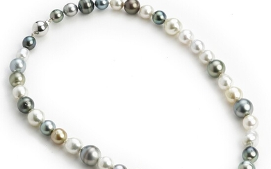 Hartmann's: A South Sea pearl necklace with white, golden and grey cultured South Sea and Tahiti pearls with a silver clasp. L. app. 47.0 cm.