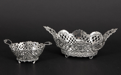 Lot (2) of a beautiful antique flower basket with two handles and with an annouated curb in marked solid silver (width : 25,2 cm - weight : 406 grams) and a cute praline basket with handles and annouated curb in marked solid silver (weight : 406 grams).