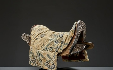 A WOOD SADDLE WITH GILT IRON FITTINGS, 17/18TH CT