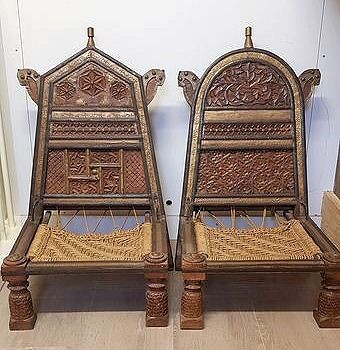 A pair of low chairs - Brass, Wood - India - Second half 20th century