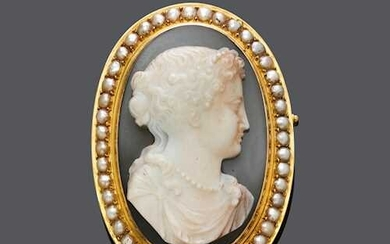 AGATE CAMEO AND PEARL BROOCH, ca. 1900.