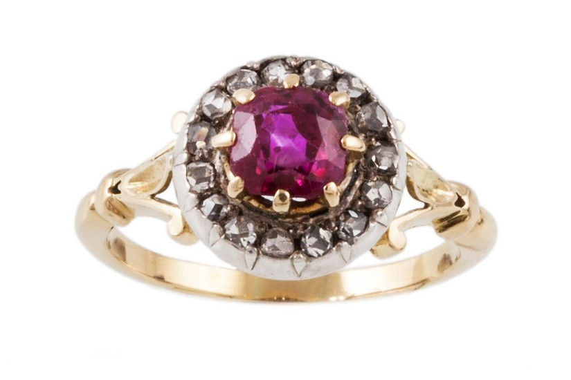 AN ANTIQUE RUBY AND DIAMOND CLUSTER RING, mounted in yellow ...