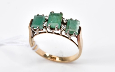 AN EMERALD AND DIAMOND RING IN 18CT GOLD, SIZE L-M, 2.8GMS