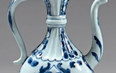 Chinese porcelain ewer with silver frames. Kangxi porcelain (1662-1722), silver frames 800°/°°° posterior, foreign work. Flattened ovoid shape with shoulder, gadrooned neck and base, with blue-white decoration of palmettes, stylized flowers and leaves...