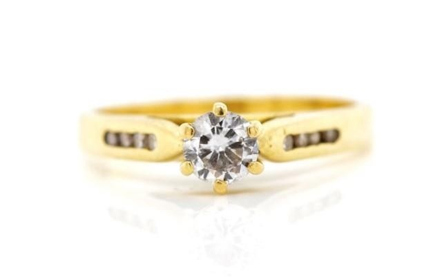 Diamond set 18ct yellow gold ring marked 750. Approx 6x chan...