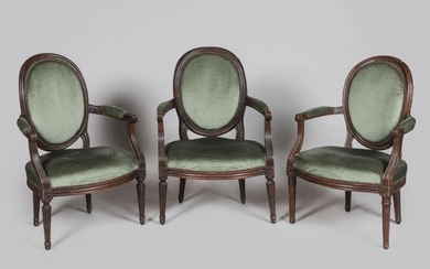 Louis XVI style, early 19th century - Set of 3 armchairs with a medallion backrest in natural wood, moulded and carved with fluted decoration. This is a pair and an orphan model is attached . Small accidents.