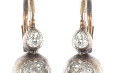 Pair of diamond earrings, 2nd half of the 20th century, red gold 585/silver, each set with 2 old-cut diamonds (4 diamonds in total, total approx. 0.5 ct), with indistinct hallmarks and acid-tested, total weight approx. 2.5 g, h: approx. 1.5 cm. Signs...
