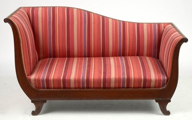 Restoration style meridian in carved mahogany resting on curved legs and trimmed with fabric in several shades of pink. Period: 19th century. Dim.:+/-138x35x66,5cm.
