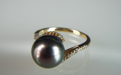 14ct Yellow gold ring set with a large Tahitian pearl, Whit...