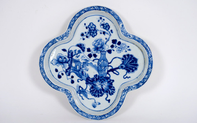 18th century Chinese so called 'patti', a four lobed dish, in porcelain with blue and white decor with still life - diameter : 16,5 cm |||18th Cent. Chinese patti in porcelain with blue-white decor with stilllife