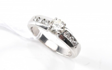A DIAMOND RING IN PLATINUM AND 18CT WHITE GOLD, SIZE O, 6.2GMS