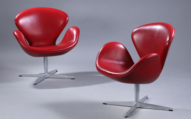 Arne Jacobsen. A pair of lounge chairs, 'The Swan', Model 3320, red leather, Brown Label (2)