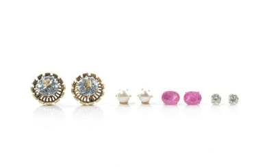 FOUR PAIRS OF GOLD STUD EARRINGS, 10g