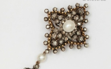 Gold and silver brooch decorated with a fleur-de-lys supported in pendants, adorned with two cultured pearls edged with rose-cut diamonds. Length: 4.8 cm P. Rough: 7.5g.