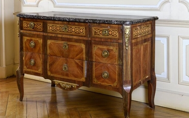 Louis XV - Louis XVI Transition chest of drawers in rosewood veneer, amaranth and composite fillets, with a central projection, it opens with five drawers on three rows, three of which are in the belt, two recessed crosspieces, gilded bronze trim, grey...