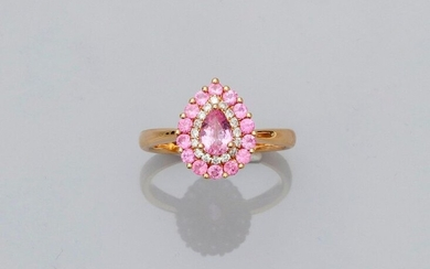Ring drawing a pear-shaped platter in yellow gold, 750 MM, centered of a pear-cut pink sapphire in a row of brilliants surrounded by round pink sapphires, 10 x 13 mm, size: 54, weight: 4.15gr. gross.
