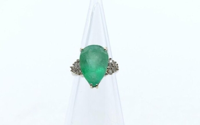 Ring in 18 ct white gold set with 12 brilliants +/- 0.36 ct and 1 pear cut emerald - 7.6 g raw (Size: 51)