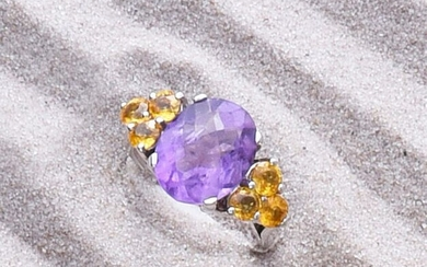Ring in 750e white gold, set with an oval amethyst of about 4 ct. with yellow sapphires.