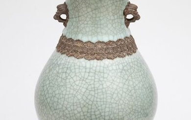Vase - Porcelain - A Guan-Type Crackleware Twin Handled Vase - China - 18th/19th Century