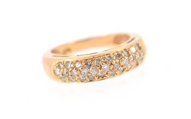 18 K (750°/°°) yellow gold ring decorated with a paving of brilliants.