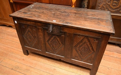 AN EARLY 18TH CENTURY CARVED OAK CHEST (57 X 99 X 51CM)