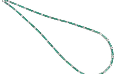 AN EMERALD AND DIAMOND NECKLACE IN 18CT WHITE GOLD, COMPRISING CARRÉ CUT EMERALDS AND ROUND BRILLIANT CUT DIAMONDS, TOTAL LENGTH 415MM