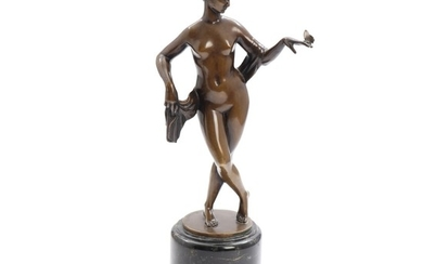 Georg Kemper: Standing nude with a butterfly in her hands. Signed. A patinated bronze statuette, raised on a black marble base. H. 35 cm.