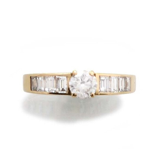RING in 18K yellow gold set with one brilliant cut diamond of approximately 0.40 carat and eight baguette-cut diamonds. Gross weight: 3 gr. TDD: 52. A diamond yellow gold ring.