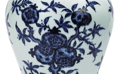 VASE EN PORCELAINE BLEU BLANC, MEIPING DYNASTIE QING, XVIIIE SIÈCLE | 清十八世紀 青花折枝三多紋梅瓶 | A Ming-style blue and white 'sanduo' meiping, Qing Dynasty, 18th century